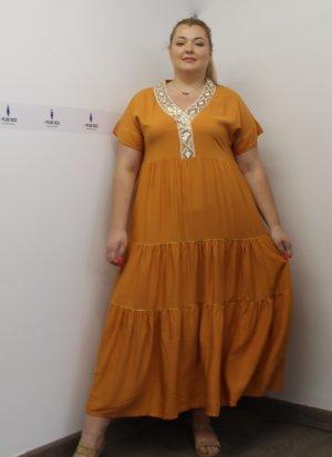 Φόρεμα ώχρα με κέντημα στο στήθος και χρυσές λεπτομέρειες στη φούστα