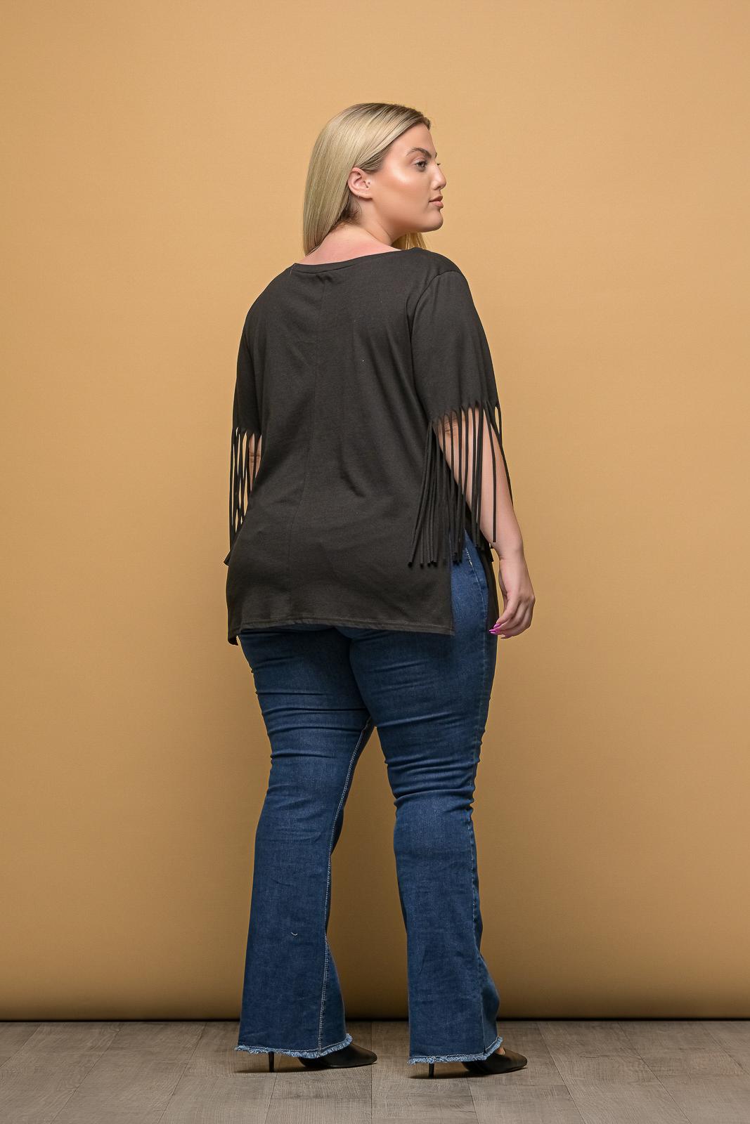 Μπλούζα μεγάλα μεγέθη μακό μαύρη με κρόσια στα μανίκια και ανοιγμα στο. Στο eshop μας θα βρείτε οικονομικά γυναίκεια ρούχα σε μεγάλα μεγέθη και υπερμεγέθη.