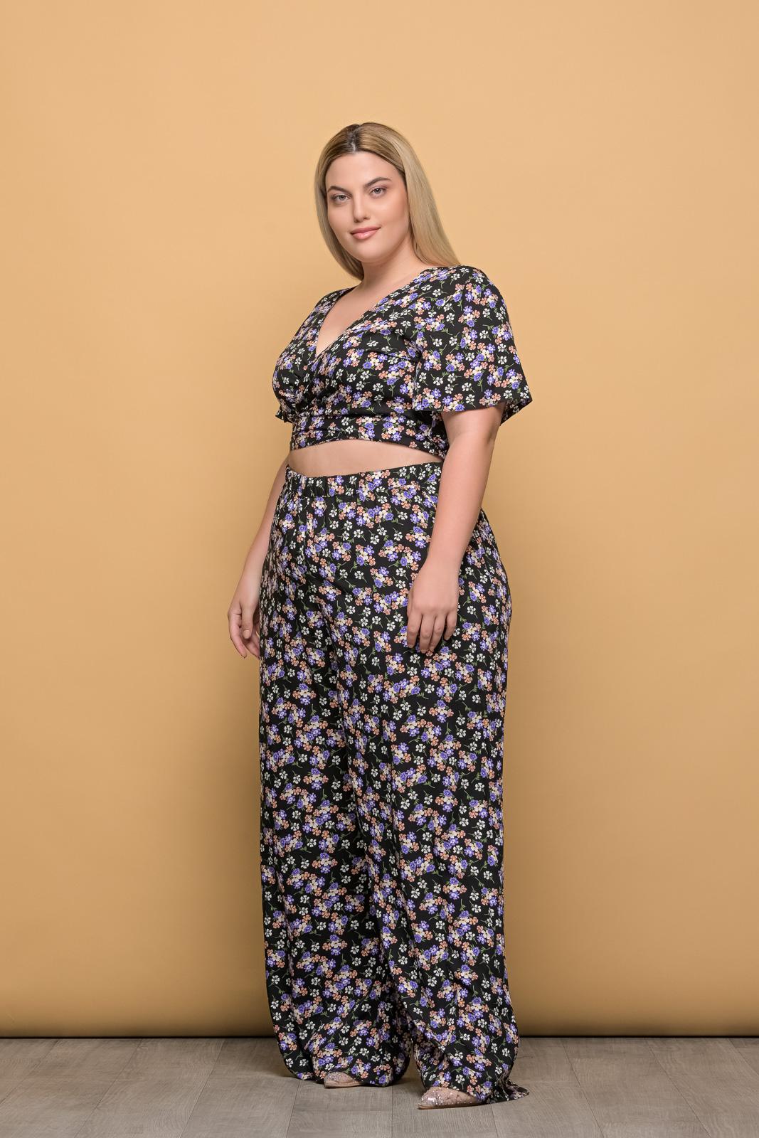 Κροπ-τοπ μεγάλα μεγέθη κρουαζέ floral/μαύρο με δέσιμο..Στο eshop μας θα βρείτε οικονομικά γυναίκεια ρούχα σε μεγάλα μεγέθη και υπερμεγέθη.