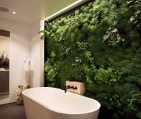 Živá zelená stěna v koupelně