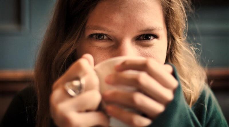 dívka pije čaj