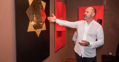 Ivan Langer zahájí vPlzni slavnostní vernisáží svoji výstavu Sochobásně
