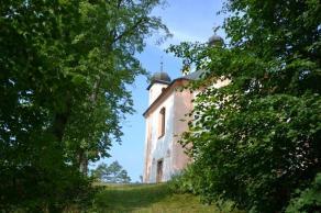 Pohled na kapli po příchodu po schodišti