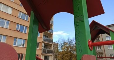 Další vandalský útok na plzeňské dětské hřiště. Neznámý pachatel popsal a pokreslil dětské prvky vulgaritami