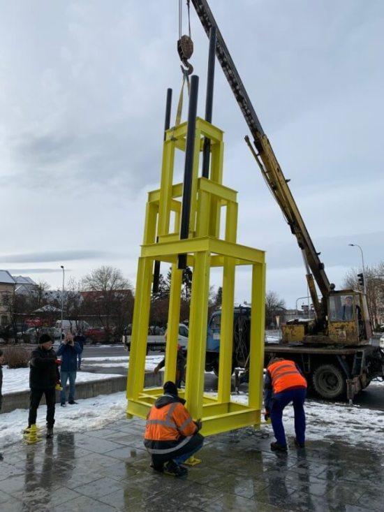 Instalace věže pro Jana Palacha vKlatovech