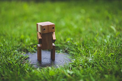 Robot de bois dans le gazon