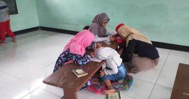 Kader PMII Rayon Syrai'ah saat mengajar di TPQ Nurul Huda Kliwonan.  Doc. Waliyuddin