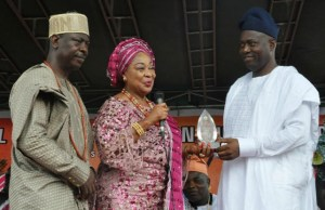Former Minister for Industry, Chief (Mrs) Onikepo Akande presenting Most Patriotic Ibadan Indigene Award to Engr Seyi Makinde while the President, Central Council of Ibadan Indigenes, Chief Yemi Soladoye looks on…