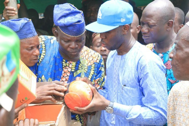 Hon. Dapo Lam Adesina handing over the fire extinguishing balls to the President of the market, Alhaji Azeez Ojo at the event…