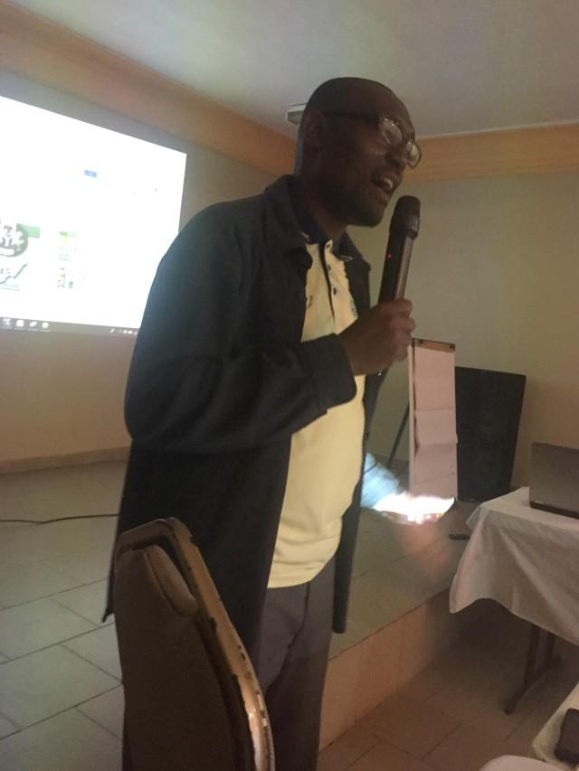Qasim Akinreti, Assitant News Editor, Voice of Nigeria (VON)...delivering his paper at the workshop...