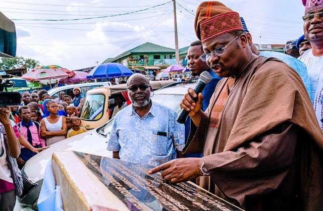 Oyo State Governor, Senator Abiola Ajimobi, inaugurating the newly-dualised Challenge-Efunsetan Roundabout Phase Road project, now named after a former Governor of the state, late Alhaji Lam Adesina, in Ibadan...