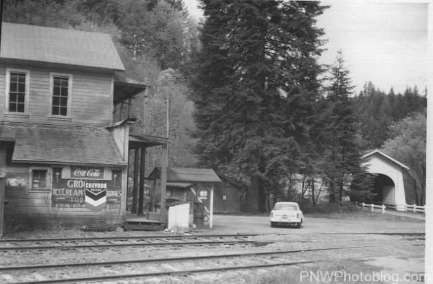 Frantz Store and Hoskins Bridge in 1960