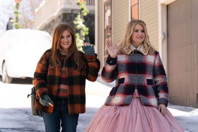 (L-R): Isla Fisher as Mackenzie Walsh and Jillian Bell as Eleanor in GODMOTHERED, exclusively on Disney+. Photo by K.C. Bailey. © 2020 Disney Enterprises, Inc. All Rights Reserved.