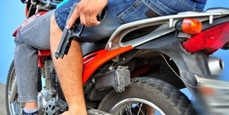 Resultado de imagem para bandidos armados em moto