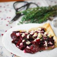 Tarta z buraczkami, karmelizowaną cebulą i kozim serem