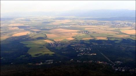 Widok towarzyszący podczas zejścia ze Sławkowskiego Szczytu - spojrzenie na oświetlone słowackie pola uprawne - 17 sierpnia 2013