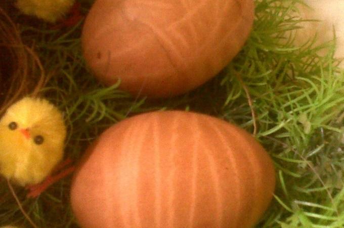 Decorare le uova con le tinture naturali e con i colori alimentari