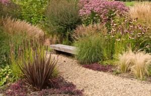 proj: Acres Wild; powtórzenia traw i bylin po obu stronach żwirowej ścieżki dają wrażenie naturalnego krajobrazu