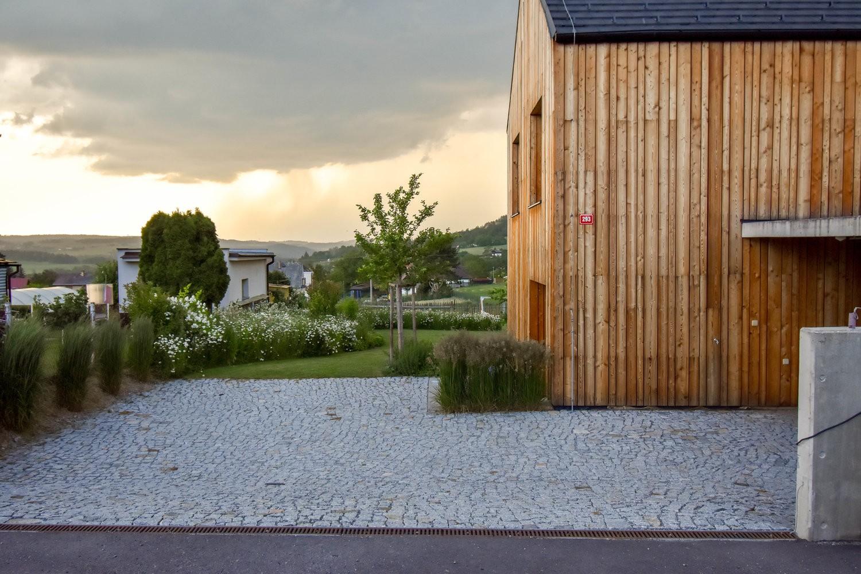 atelier partero; ogród nowoczesny w wiejskim krajobrazie