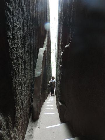 Wyjście ze skalnego miasta wiedzie bardzo wąską szczeliną
