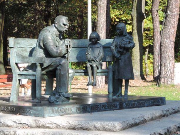 Marszałek ze swymi córkami na ławeczce