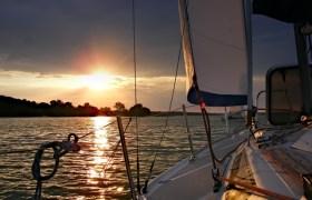 Niezapomniane wakacje, czyli zalety czarteru jachtu