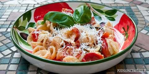 Orecchiette z pomidorkami i serem ricotta salata