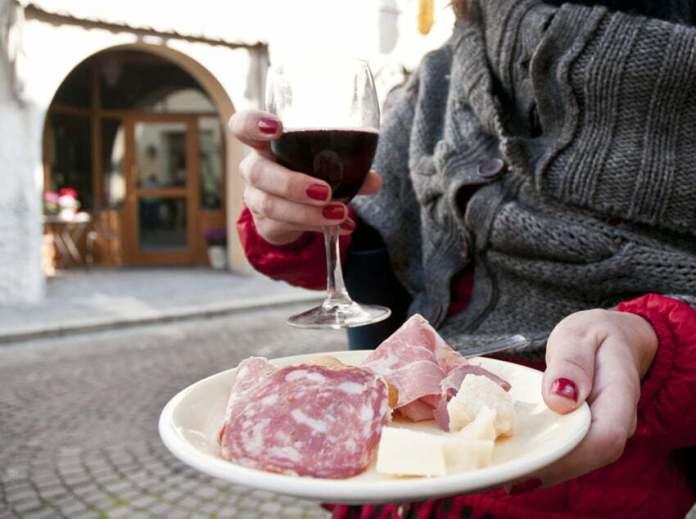 Lambrusco, salame mantovano, spalla cotta e parmigiano.