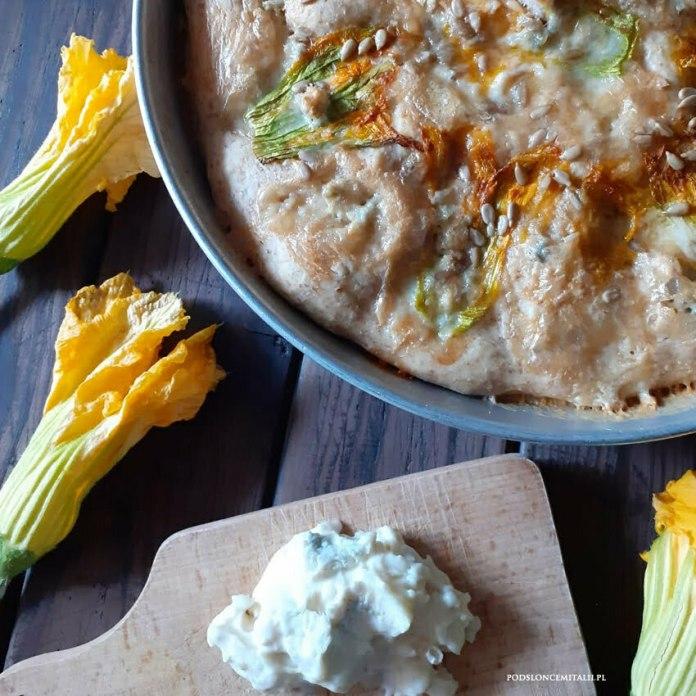 Razowa focaccia z kwiatami cukinii i gorgonzolą