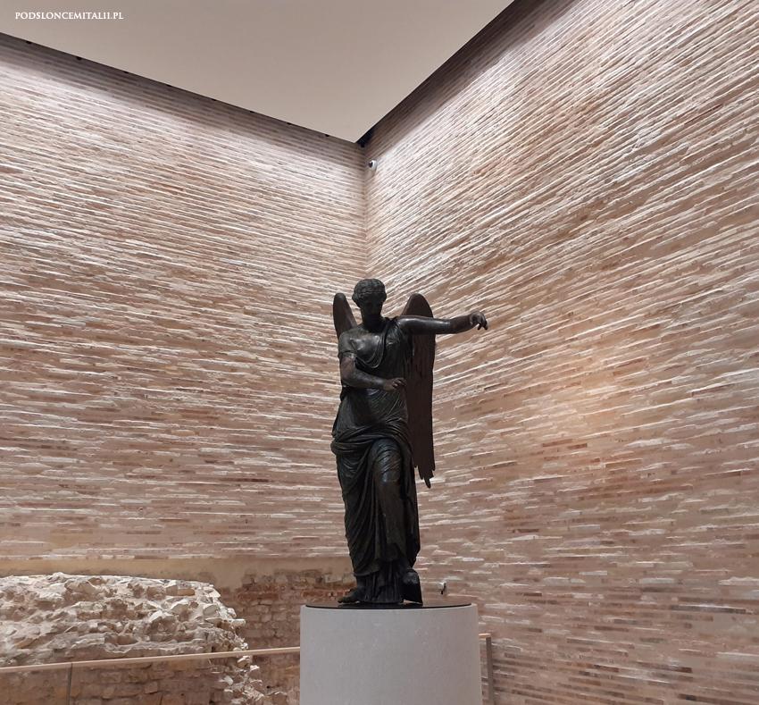 Rzeźba skrzydlatej Wiktorii z Brescii to jeden z najokazalszych rzymskich brązów