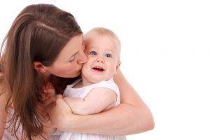 madre que mima a su bebe