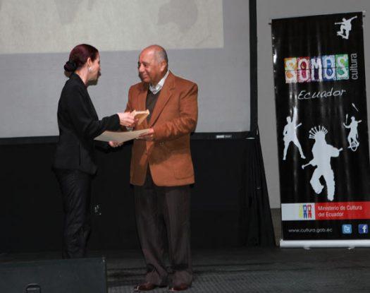 Humberto Vinueza recogiendo un premio