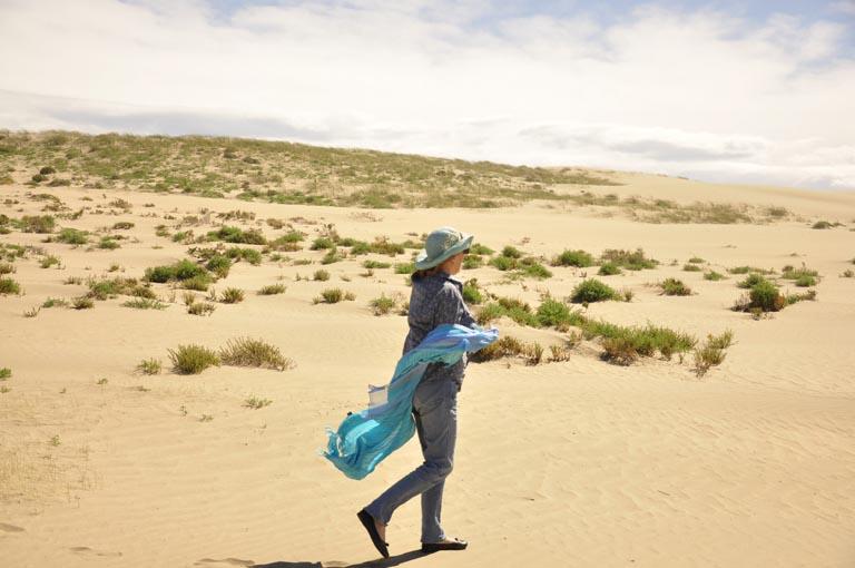 Letizia Moréteau en balade sur la plage.