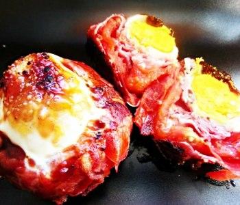 Rosii picante la cuptor, umplute cu prosciutto si ou