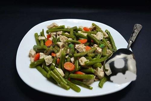 Salata calda de pui cu fasole verde