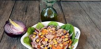 Salata de ton cu porumb, ceapa si ardei