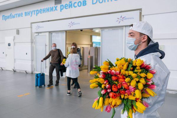 В аэропорту «Симферополь» барышень встречают поздравлениями и цветами