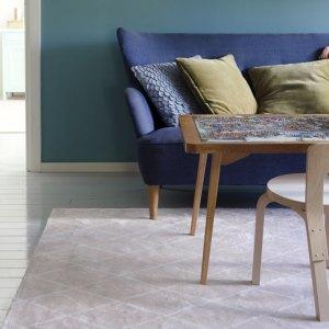 VM Carpetin Salmiakki matto roosa olohuoneessa