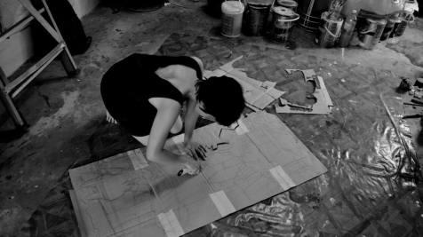proses memotong bentuk wayang