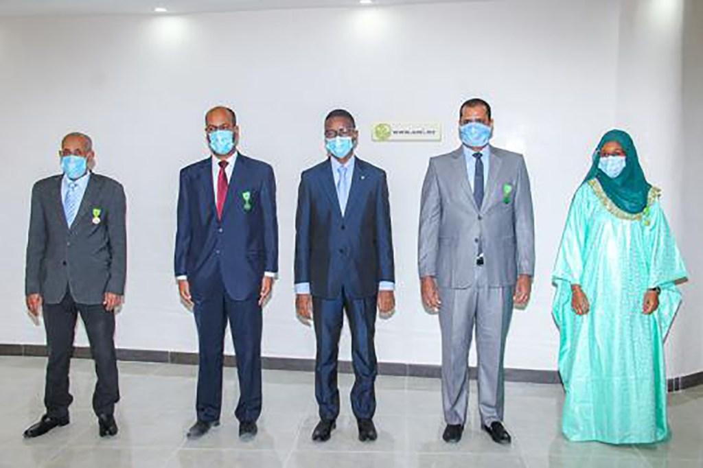 le-premier-ministre-decore-des-fonctionnaires-au-premier-ministere-mauritane