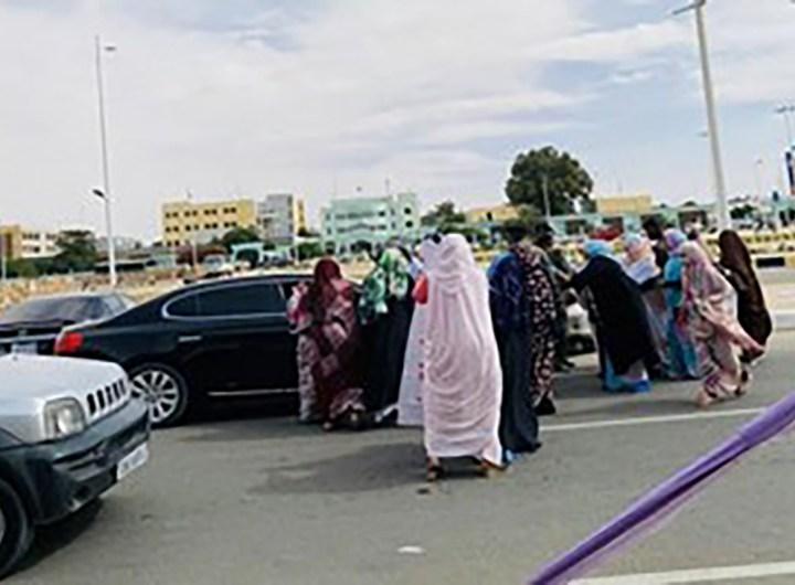 les-creanciers-de-cheikh-ridha-manifestent-devant-le-palais-presidentiel