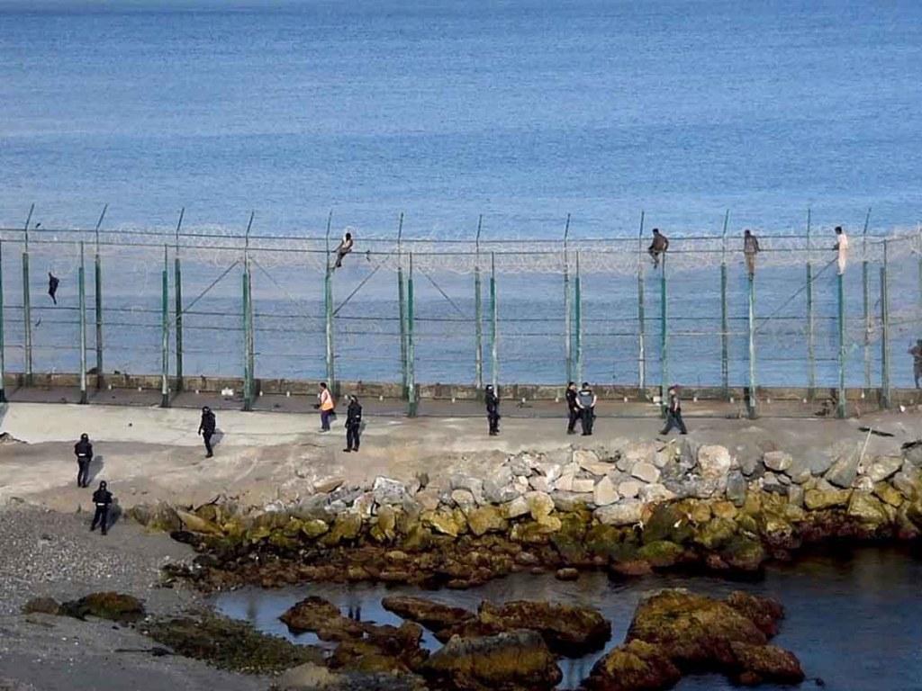 2 700 migrants entrent à Ceuta depuis le Maroc en une seule journée