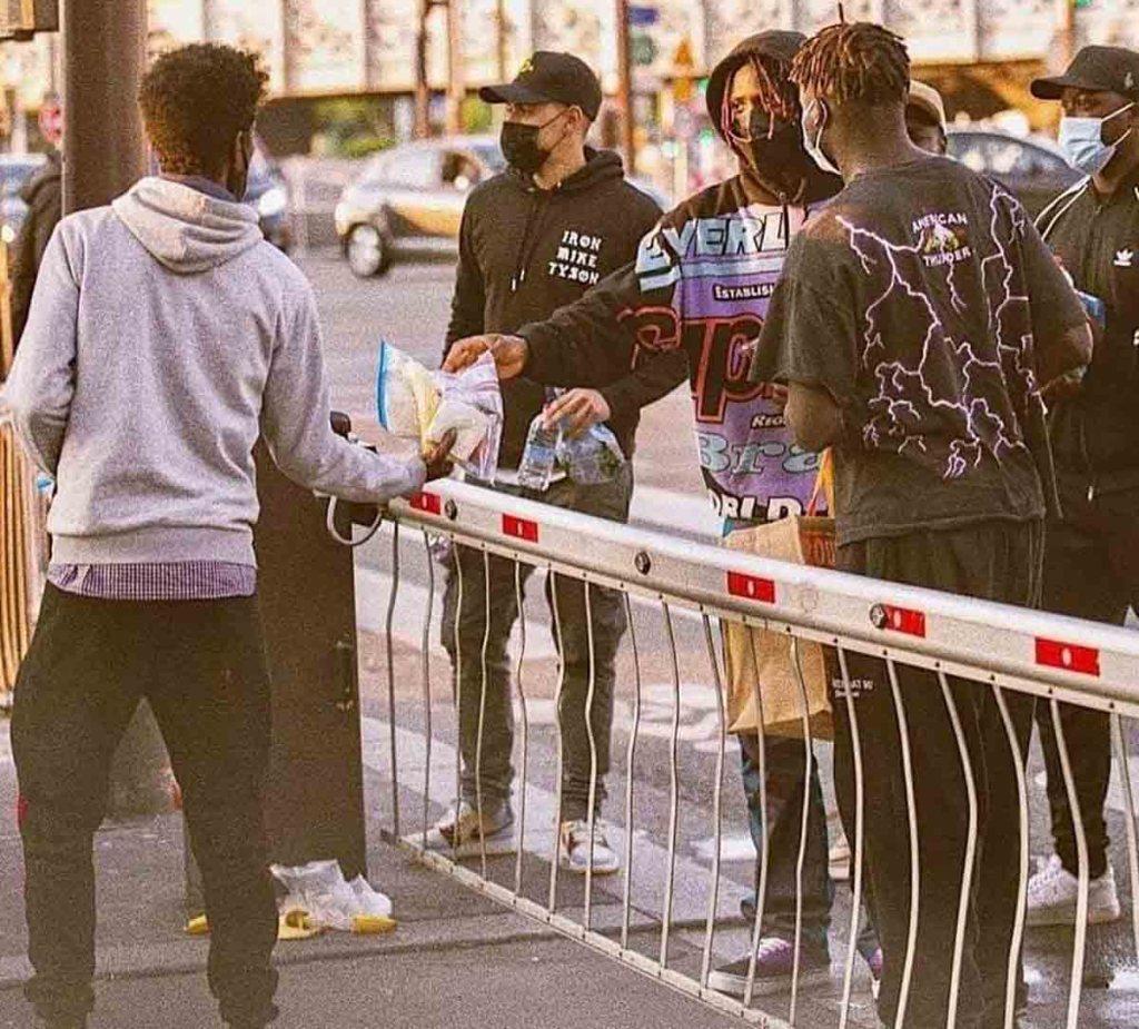 Moise Kean distribue de la nourriture aux migrants et sans-abri
