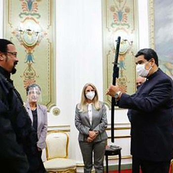Venezuela: Steven Seagal a offert un sabre à Nicolas Maduro