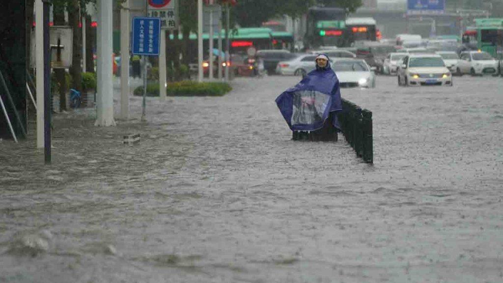 Inondations en Chine: les images de Zhengzhou dévastée, la pluie menace toujours