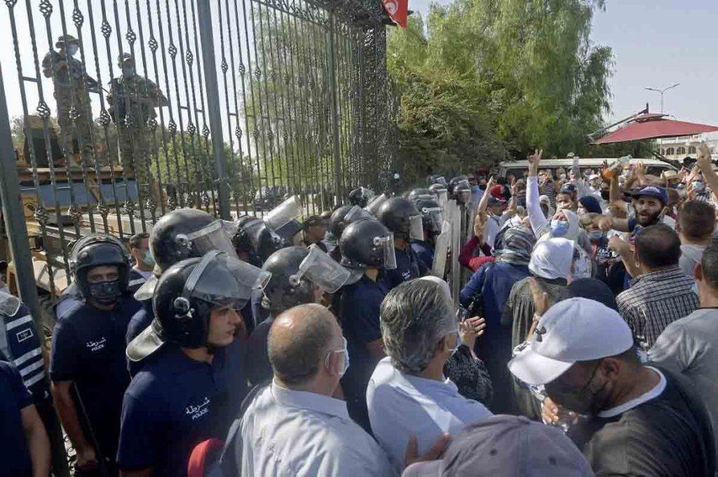 Tunisie, des heurts devant le Parlement après le gel de ses activités