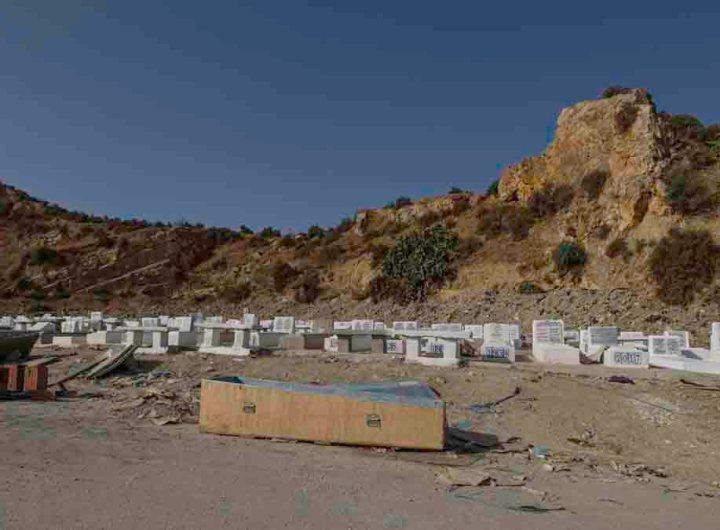 """""""Le cimetière est saturé"""": à Tunis, on enterre à la chaîne les morts du Covid-19"""