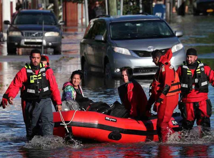 New York, les images de livreurs travaillant pendant les inondations font polémique