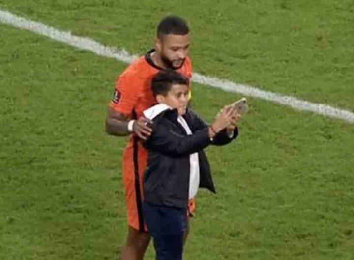 Pays-Bas - Monténégro: Un enfant prend un selfie en plein match avec Memphis Depay