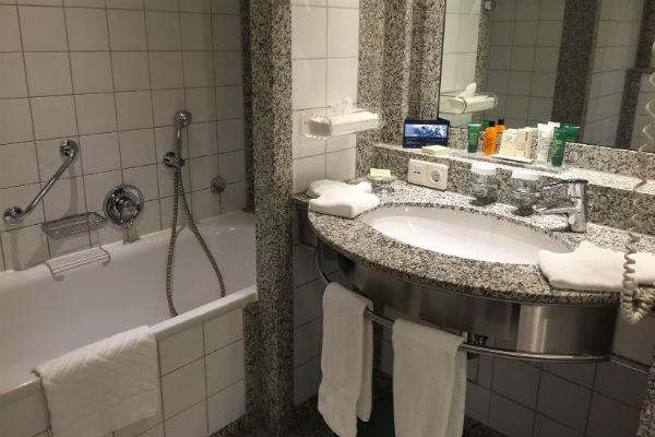 Hilton Munich Airport Junior Suite bathroom